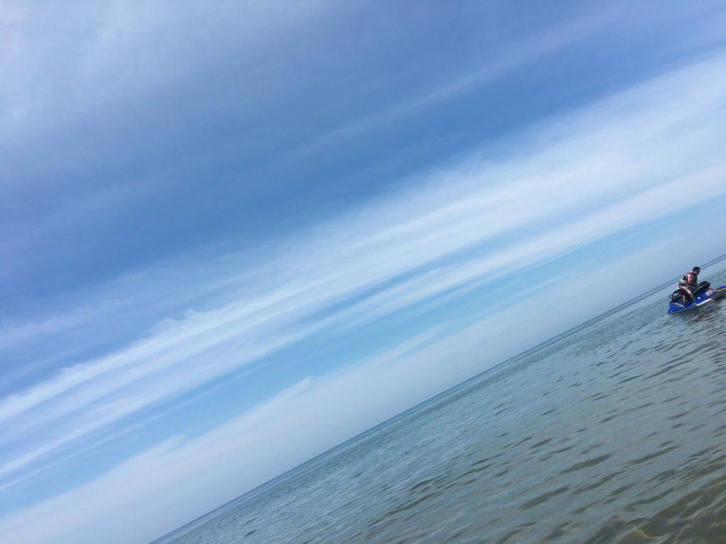 【石川県羽咋市】千里浜なぎさドライブウェイは日本唯一の砂浜を車で走れる海!